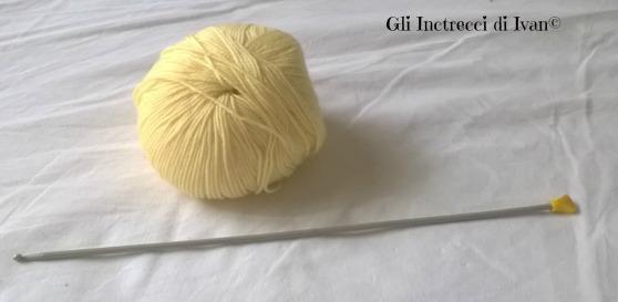 I materiali che ci occorreranno per la lavorazione sono: 1 -un gomitolo di lana merino 2 - un uncinetto tunisino della misura richiesta dalla fascetta del gomitolo