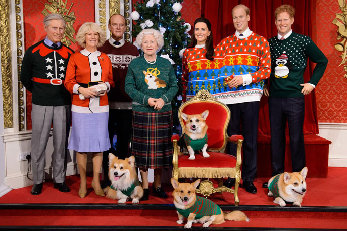 queen-corgi-xmas-photo-2
